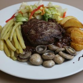 Beef steak with dried figs