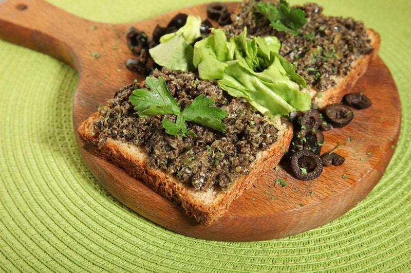 Bruschette con olive e capperi e salmone dostava