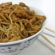 21. Prženi špageti sa piletinom, povrćem i jajima u soja sosu