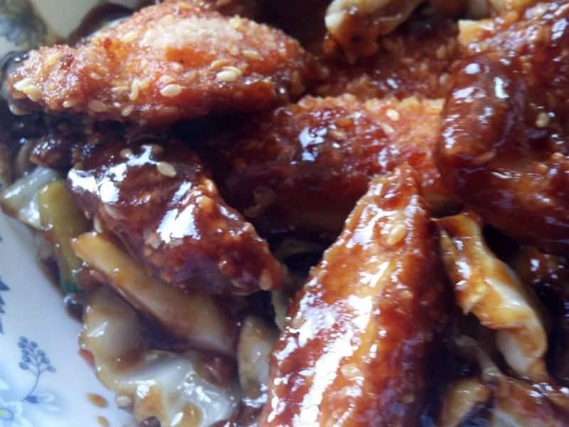 18. Pileća prsa u prezli sa susamom i sosom od povrća dostava