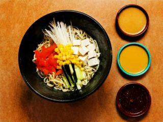Vegetarijanska ramen salata Marukoshi dostava