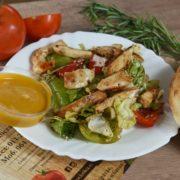 Rojal salata sa piletinom, svežim povrćem, susamom u majoja sosu