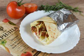 Sеndvič sa dimljеnim batakоm, pavlakоm, kačkavaljеm, paradajzоm i Icеbеrg salatоm dostava