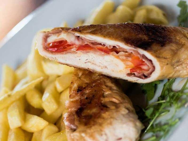 Piletina rolovana pančetom, punjena sirom i paprikom dostava