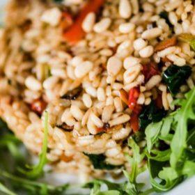 Vegeterijanski rižoto sa povrćem, pinjolama