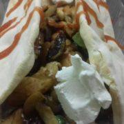 Tortilja piletina, pečurke, zelena salata, lolo roso, dresing sos, pavlaka, kečap