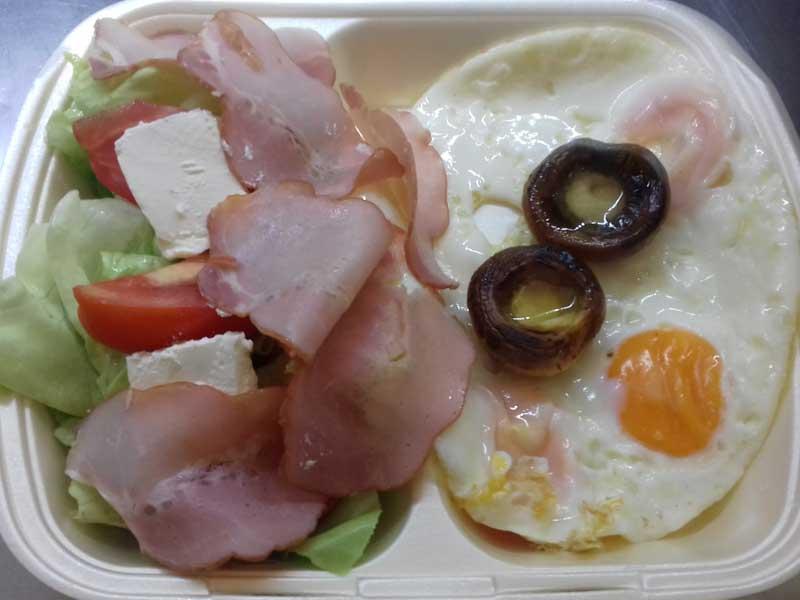 3 jajeta, pečurke, pečenica, feta sir, sezonska salata dostava