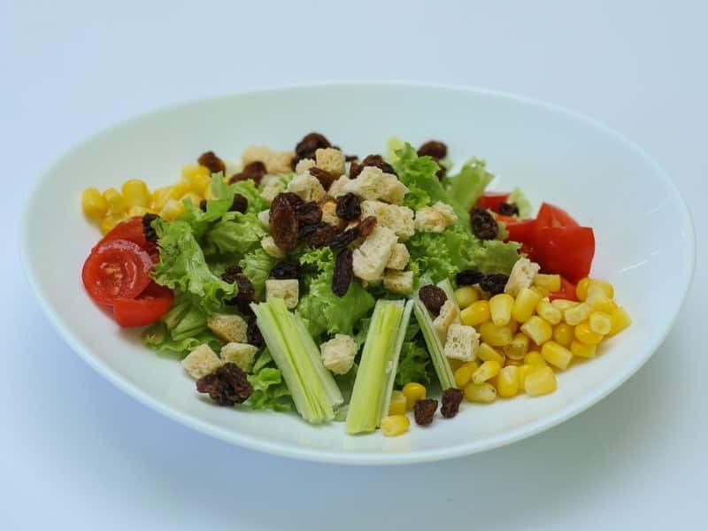 Salata sa prazilukom I suvim grožđem dostava