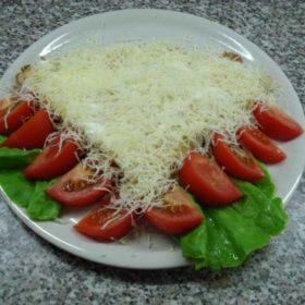 Palačinka pavlaka, goveđi pršut, kačkavalj, paradajz, salata