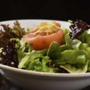 Zelena salata sa dimljenom pastrmkom