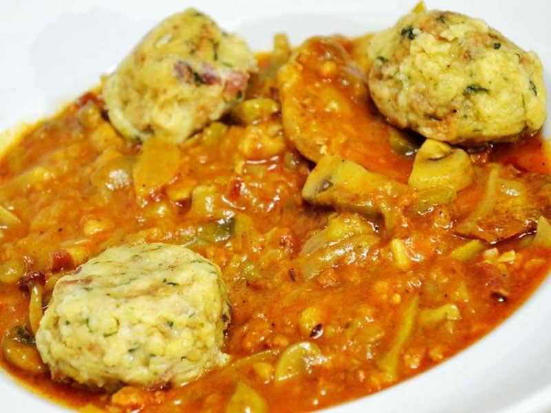 Svinjetina Hortobađi u pikantnom sosu sa domaćim knedlama dostava
