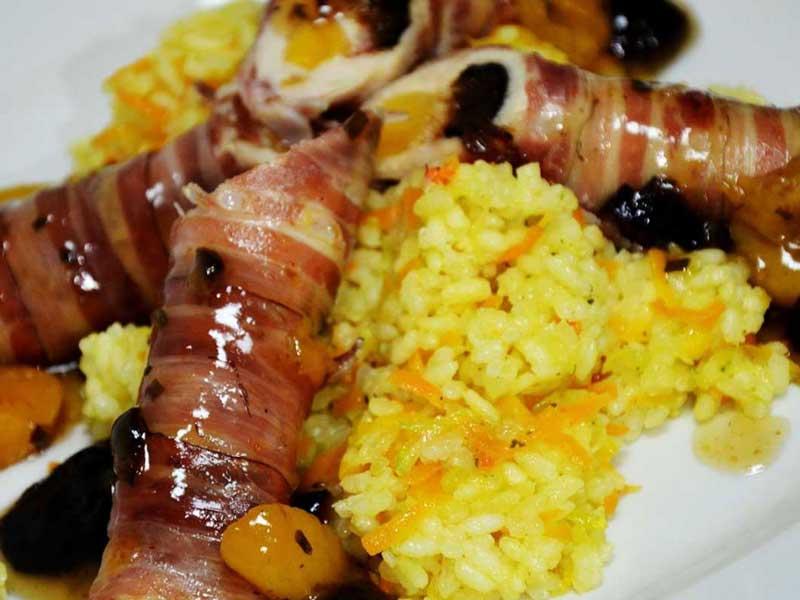 Pileće rolnice, uvijene u slaninu, punjene suvom kajsijom i šljivom dostava