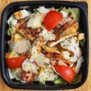 Cezar salata sa piletinom i listićima parmezana