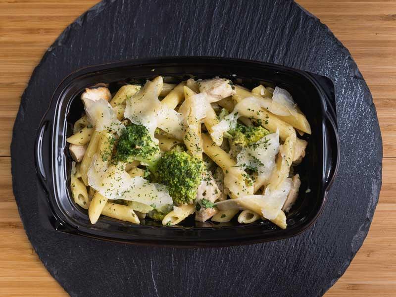 Pene sa piletinom i brokolijem u sosu od bosiljka i parmezana dostava