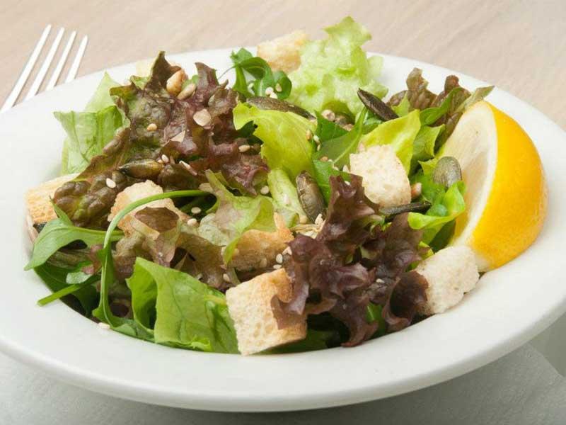 Tri vrste zelene salate sa krutonima i semenkama dostava