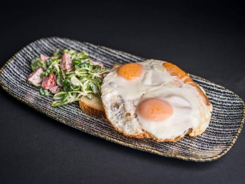 Jaja sa lososom na salati i tostu dostava