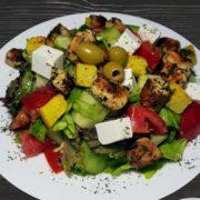Grčka salata obrok sa piletinom