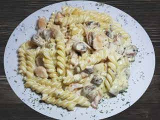 Pasta with chicken and prosciutto dostava