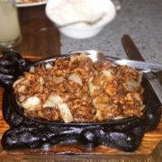 Piletina sa lukom na usijanom gvozdenom tiganju