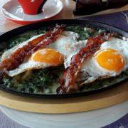 Jaja sa slaninom u sosu od spanaća