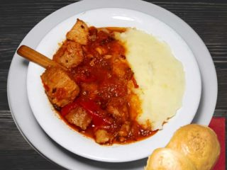 Leskovacka muckalica with mashed potato dostava