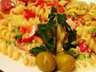 Pasta sezonsko povrće, neutralna pavlaka, parmezan dostava