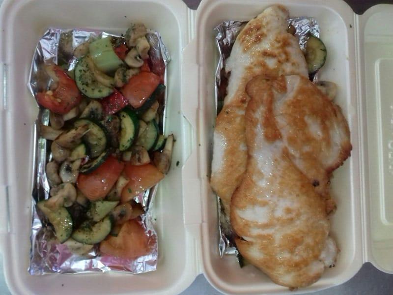 Pileće belo na grilovanom povrću obrok dostava