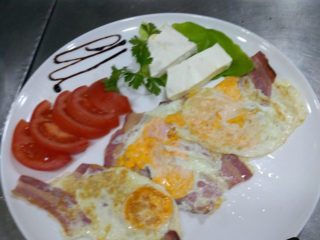 3 eggs with bacon and feta cheese dostava