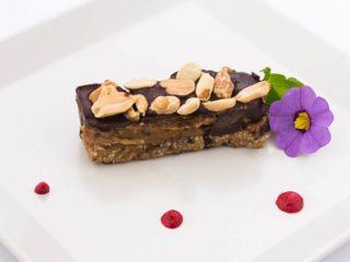 Raw snickers sa crnom čokoladom dostava