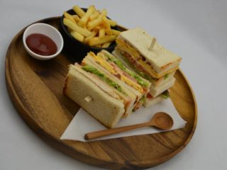 Club sandwich by Shonda Šonda Gastro Bar (Mona Plaza) dostava