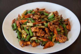 23. Chicken with green beans and carrot in oyster sauce Chaos Banovo Brdo delivery