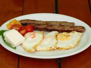 Jaja na oko sa sudžukicama Baltazar grill dostava