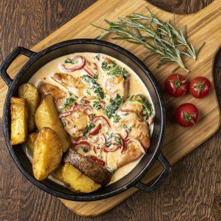 Svinjski fileu sosu od spanaća, paprike i parmezana Cezar Restoran Picerija dostava