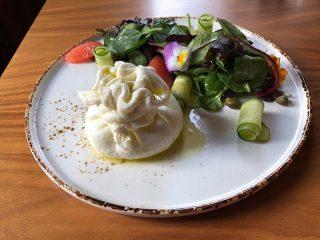 Burata sa prolećnim salatama Diana Restoran dostava