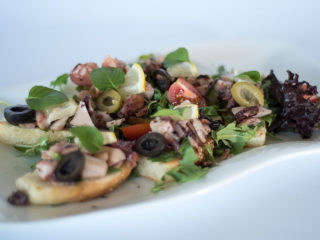 Brusketi sa hobotnicom i nanom Godo Splav Restoran dostava