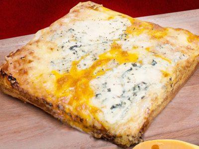 Quattro formaggi pizza Detroit Pizza dostava