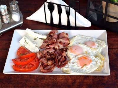 Pržena jaja na oko sa dimljenim vratom Ružo Rumena dostava