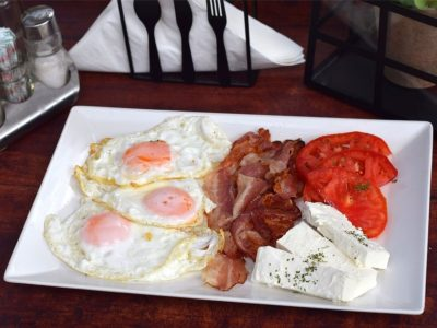 Pržena jaja na oko sa slaninicom Ružo Rumena dostava
